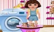 Dora Lavando As Bonecas